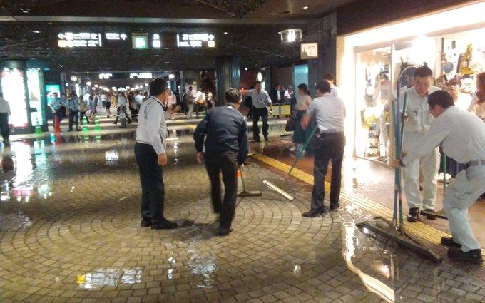 天神地下街が浸水し水浸しになり清掃作業を行っている現場の画像