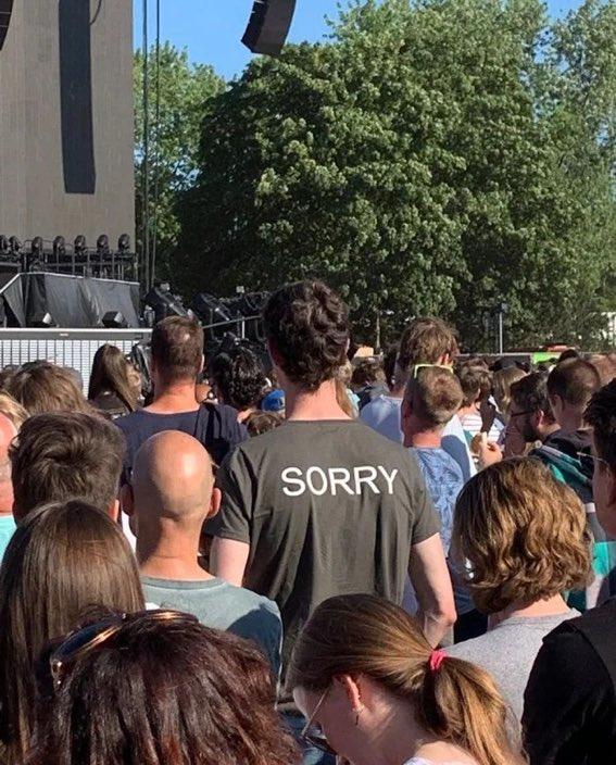 背の高い人がコンサート会場の前列で立つ場合はこのTシャツ着るといい。このオランダ人は礼儀正しい奴だ。