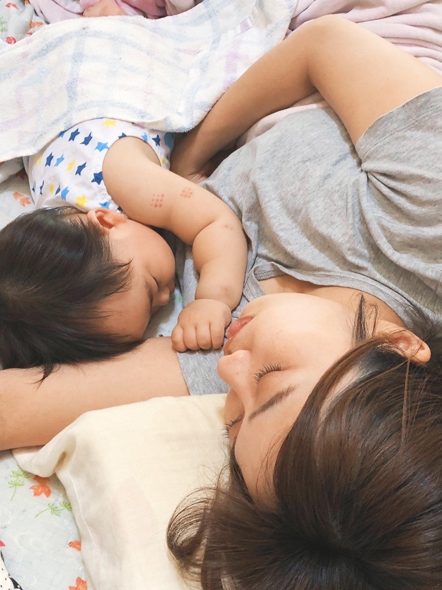 世の旦那さんへ。 こういうの。 こういうのが撮って欲しいんです。 いつもパパと子供は自然な写真あるけど、ママと子供はピースとか真正面ばっかり。 これ見たパパ、今日の夜にでも寝かしつけたママと子供を撮って。アングルは上から。二重アゴならんように。 ちなみにこれのカメラマンは私のママ🥺❣️