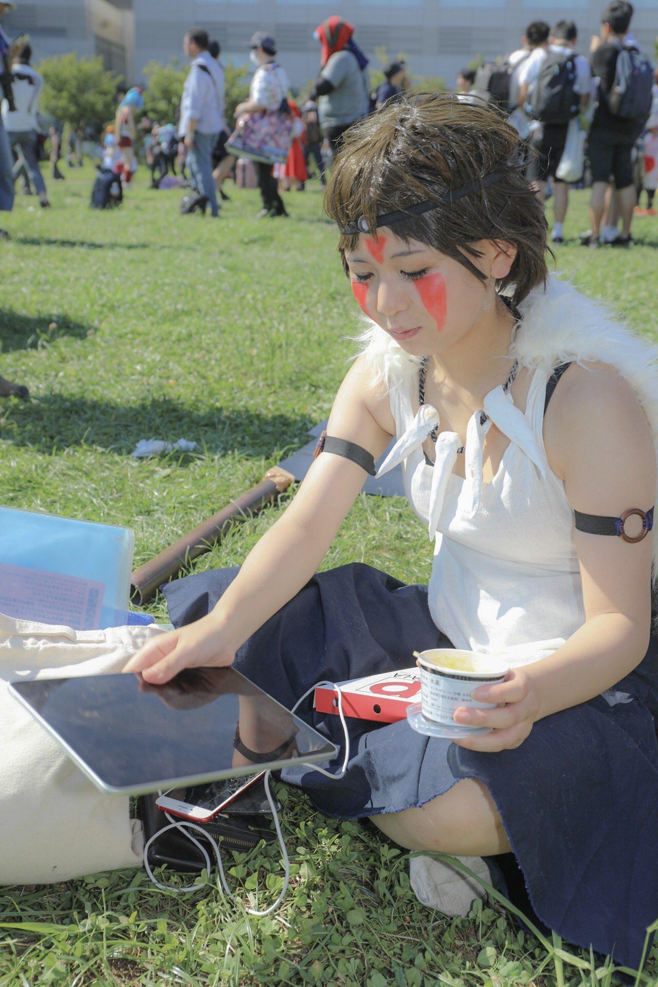 山に帰る気がない?「もののけ姫」のサンが普通に宅配ピザを食べタブレットをいじるwww