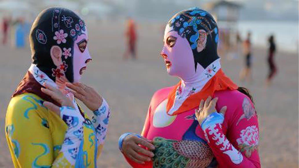 """""""La pieza fue diseñada para proteger a la gente de las picaduras de medusas. Las compradoras tienden a ser mujeres de mediana edad como Wang, que se adhieren a los valores tradicionales de belleza que admiran una piel más pálida"""". #Facekini, #burkini  https://cnnespanol.cnn.com/2016/09/05/en-china-no-entienden-el-problema-con-el-burkini-pues-usan-el-facekini-que-les-cubre-hasta-el-rostro/…"""