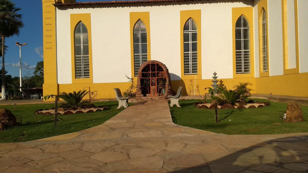 Gruta ao lado da igreja católica