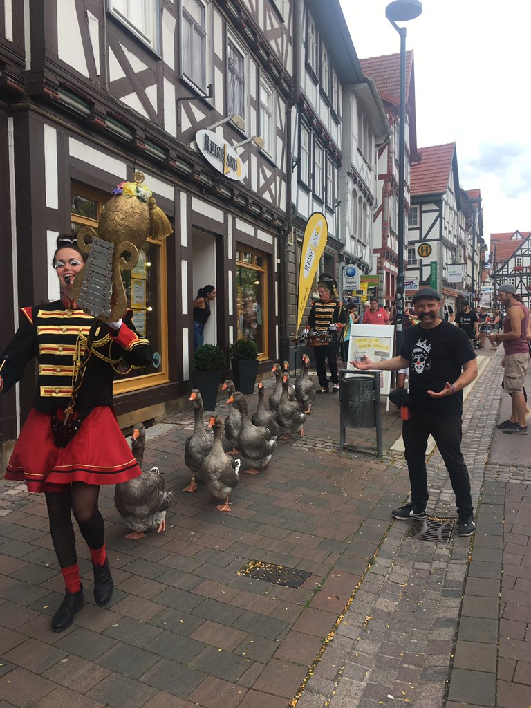 Just a parade of geese being led by a tin soldier here in Eschwege, Germany, no big deal.... #eshwege #geese #tinsoldier #openflairfestival #Zebrahead #openflair2019 #gänsepic.twitter.com/jRv1hC4m9j