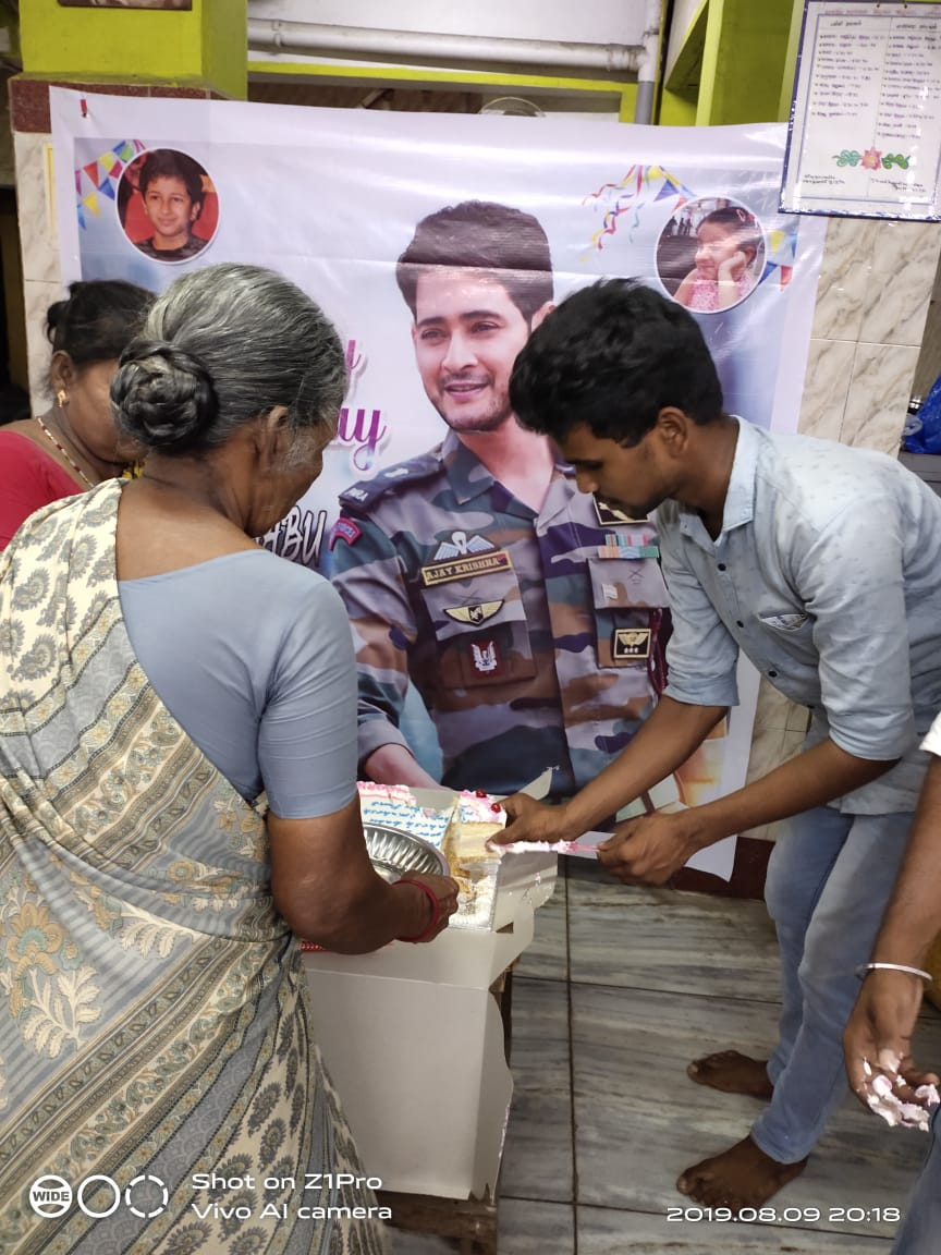 #HappyBirthDaySSMB celebrations in a Chennai oldage home, by @urstrulyMahesh fans.. So nice to see #CMBF <br>http://pic.twitter.com/JLD4go8Ctz