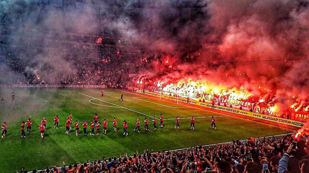 """Esta foto es de un entrenamiento a puerta abierta del Galatasaray, antes de enfrentar al Fenerbahce, el año pasado. Este es el equipo al que se va Falcao. El equipo de la barra """"Ultraslan"""", una de las más fieles del mundo. Y a jugar Champions. #Juezcentral"""