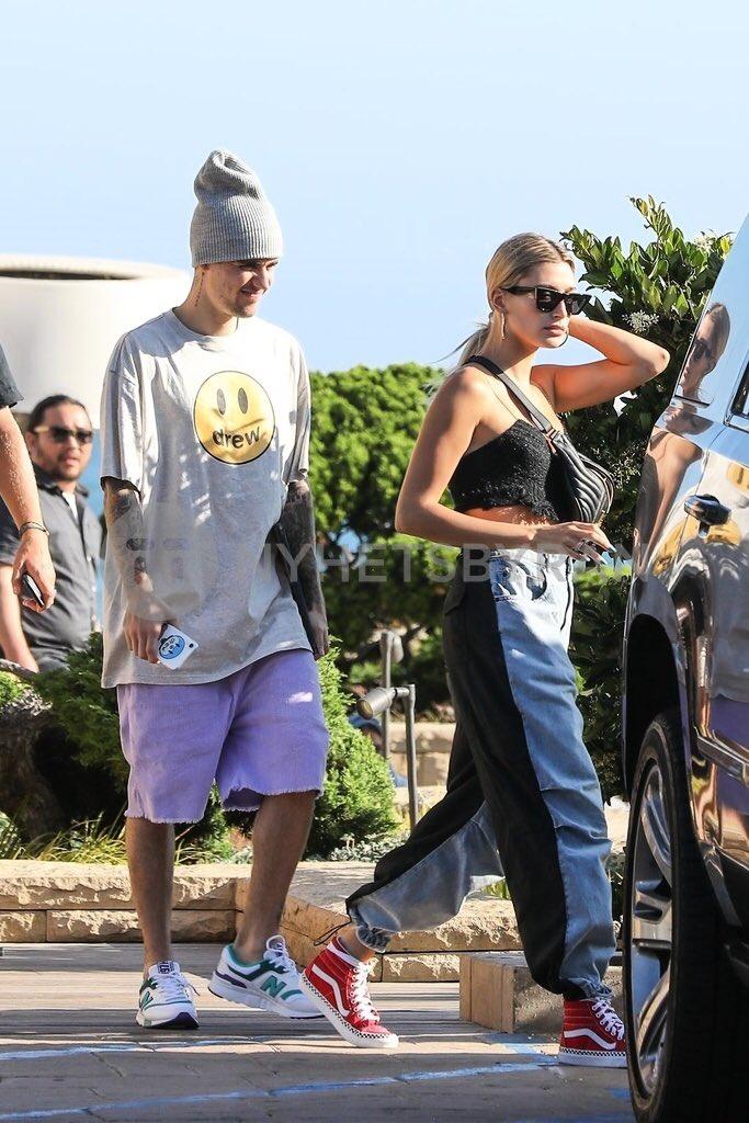 Justin y Hailey Bieber junto con el pastor Judah y Chelsea Smith dejando el restaurante NOBU