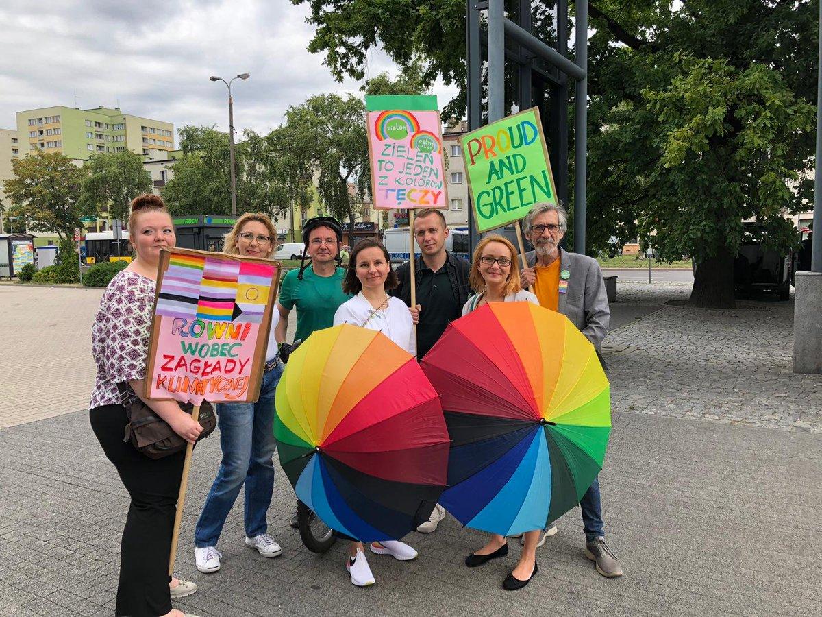 .@Zieloni zawsze tam gdzie trzeba🌈 #MarszRownościPłock idzie przez Płock! Wszyscy jesteśmy różni, wszyscy jesteśmy równi ✌ #GoTracz