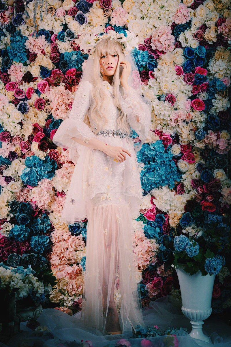 衣装会その3白百合の花嫁本当は好きな女性がいるのに世間体を気にして親が決めた男性と結婚する花嫁?ウエディングドレスなのにグレーや生成のお花が咲いているのは気持ちに嘘を付いているからモデルは雰囲気ありすぎなジュリさん@snowingand アシスタントさくらさん@skr396v