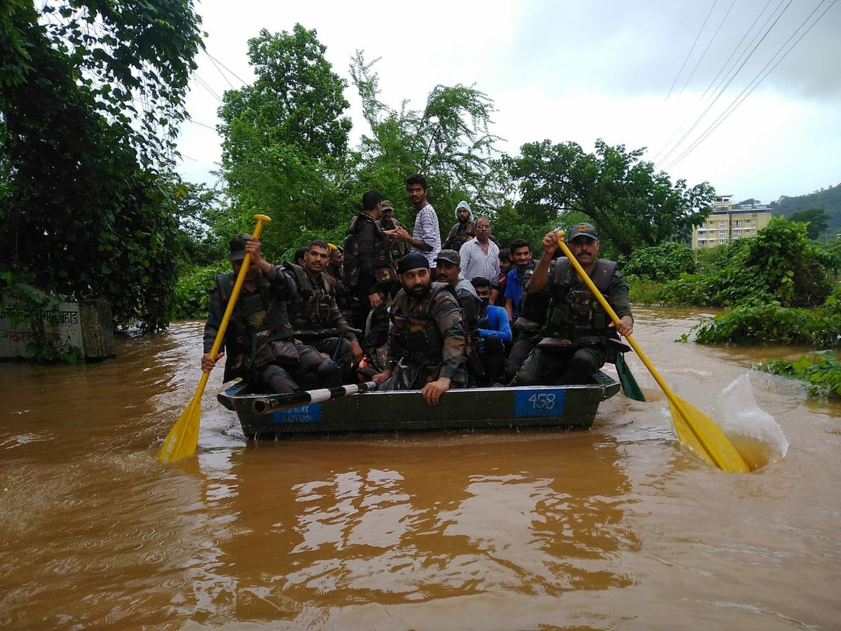 #FloodRelief operations in Kohlapur & Sangli Dist, specialised teams of Bombay Sappers evacuated 4800 persons including sick,elderly & kids in last 72 hours. Essential items were also distributed.Rescue operations by #IndianArmy will continue till relief is provided to one & all https://t.co/2Q0FpmM4iK