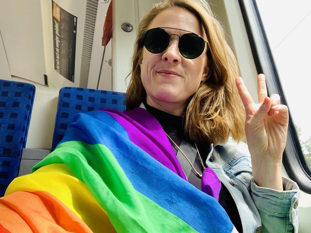 Gelsencity auf dem Weg nach Essen zum #RuhrCSD Be proud, stay free. 🌈🌈🌈 #50JahreStonewall