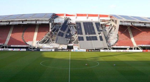 Impressionante l'immagine dell'AFAS Stadion di Alkmaar: nel pomeriggio è collassato il tetto sopra la tribuna centrale. Per fortuna l'AZ giocava in trasferta nel weekend...