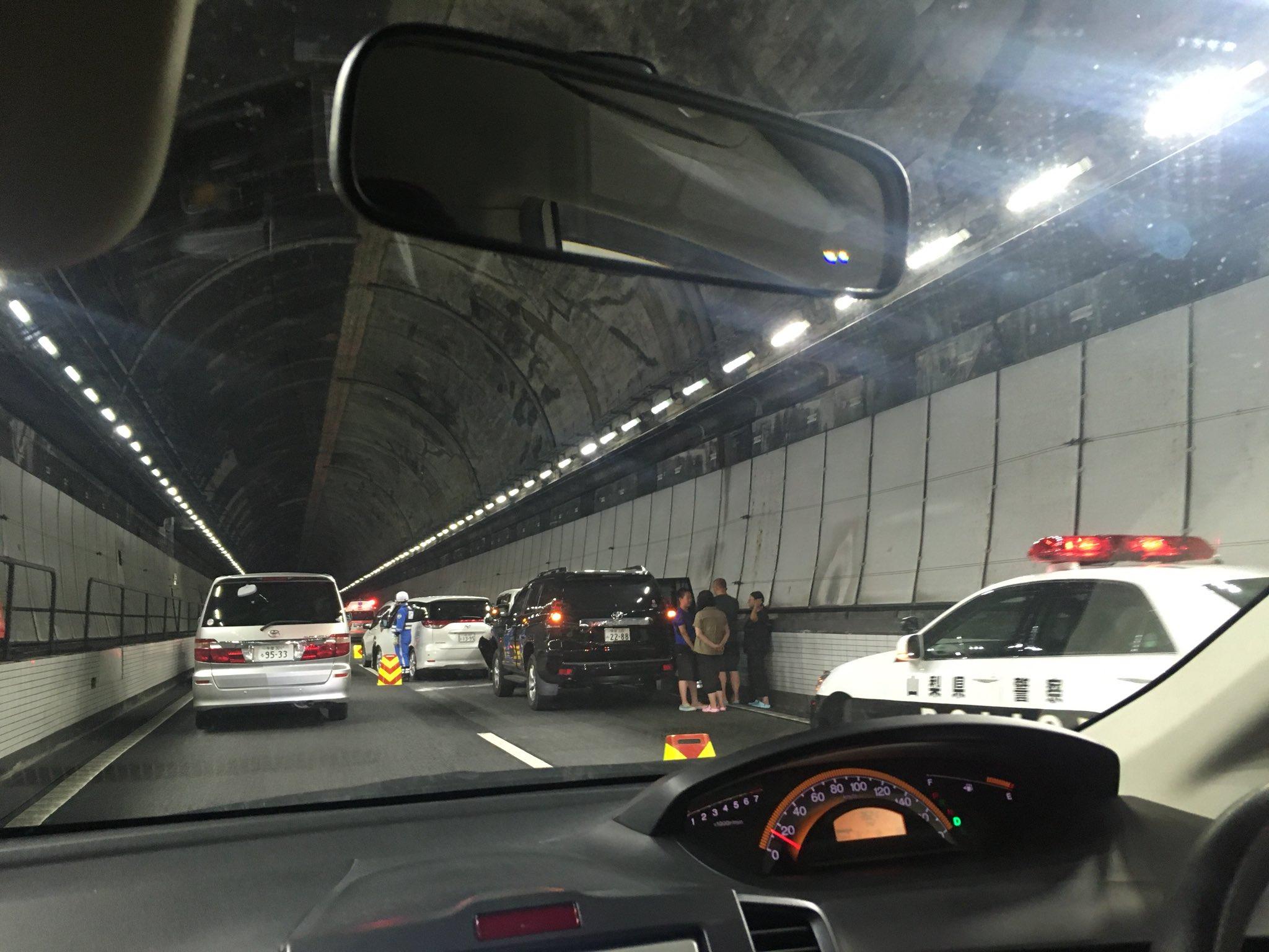 画像,中央道上り、めっちゃ渋滞してて何かと思ったら笹子トンネル内で車8台ほどが絡む玉突き事故のようです。ただいま事故処理中。事故現場越えれば一気に走れるようになりまし…