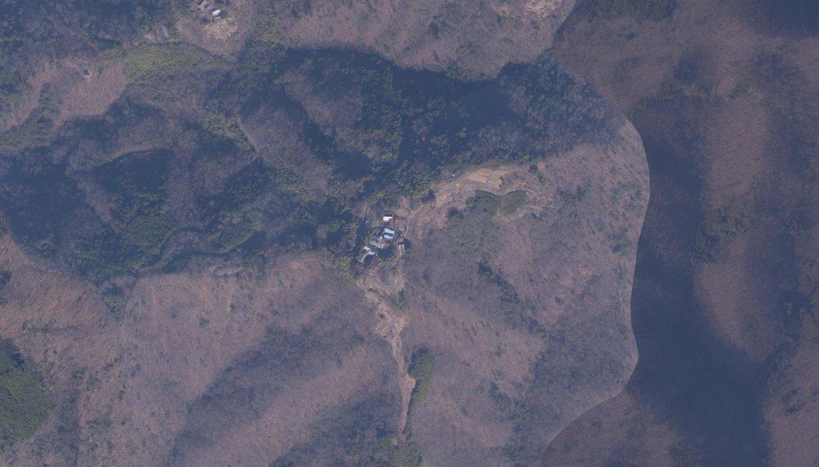 スレッドにします。 国内に数多く存在する山岳集落。山梨県南部にも複数の山岳集落が存在する。その中でもひときわ気になる集落がある。山上に位置し、アクセス路はつづら折れの一本道のみ。あたかも天空の集落のように見えるのだ。そんな集落の現状を確認するために『身延町大山集落』へ行ってみた。