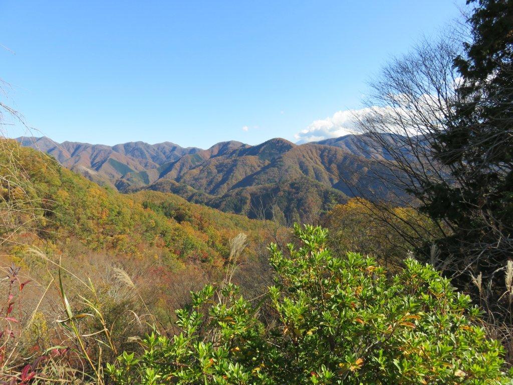 『天空の集落』 山上に位置する大山集落は、すこぶる見晴らしがいい。富士山(画像では雲に隠れている…)、南アルプス、そして遠くには富士川が見える。大山集落からはほぼ全方向に視界が広がるのだ。『天空の集落』と呼ばれるガッカリ集落は多いが、ここは間違いなく『天空の集落』と言えるだろう。
