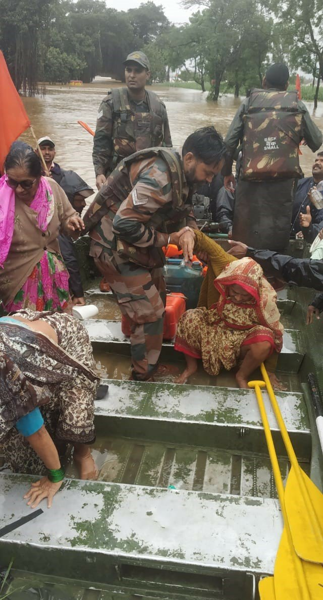 #Maharashtra  Four specialised teams of 'The Bombay Engineer Group' alongwith many #IndianArmy teams have evacuated more than 5000 persons. Sick, elderly and children are priorities. Teams are distributing essential items & medicines to all marooned & needy.  #NationFirst https://t.co/V09yXZ26jq