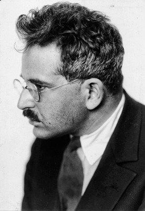 En 1929 Walter Benjamin se propuso crear una revista, junto a Bertolt Brecht, con el título de Crisis y Crítica, cuya misión consistiría en la destrucción de Heidegger. La cubierta sería diseñada por Paul Klee.