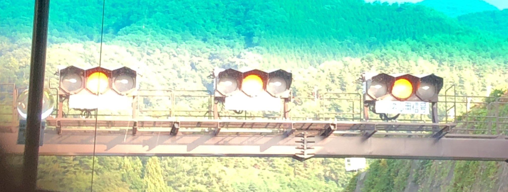 画像,お!!!!!!!!!!!!!中央道上り 笹子トンネルの入り口の信号機が黄色点滅になってる!!!初めて見た!!!! https://t.co/NwfYF7H0kv…