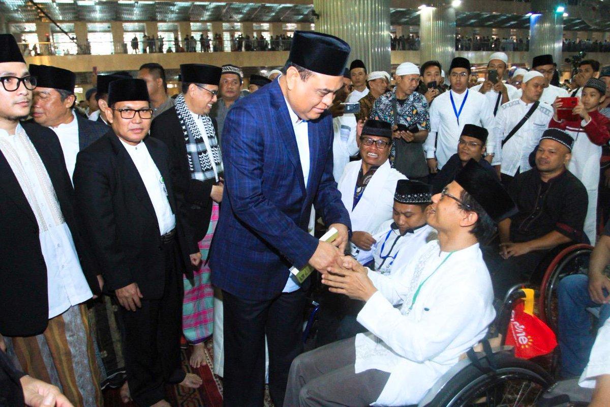 Menteri Syafruddin juga mewakili Presiden Joko Widodo menerima buku yang diberikan oleh kaum disabilitas, untuk selanjutnya diserahkan kepada Presiden RI.__#KemenPANRB #MenPANRB #Syafruddin #IdulAdha1440H #Indonesia