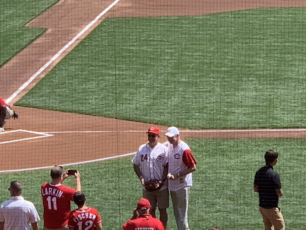 .@HuntingtonMayor threw out the first pitch at the @Reds game yesterday! Nice arm, Steve! ⚾️