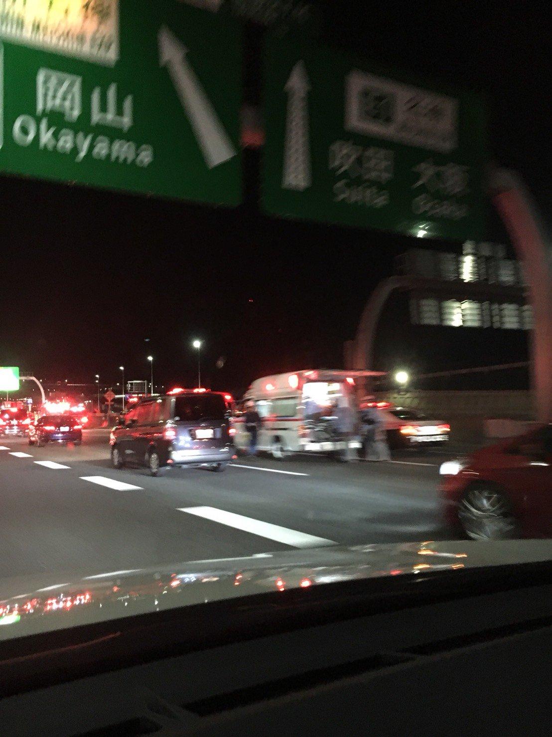 名神高速の高槻JCT付近の多重事故で救助活動している現場の画像