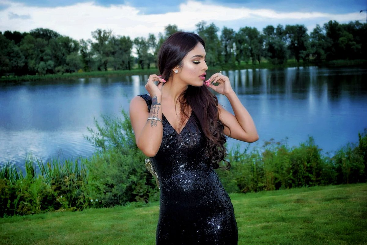 She who leaves a trail of GLITTER  is never forgotten #shimmer #gliter #london #londondiaries #shoot  #shimmergown #brandcollaboration #promotions #promotional #post #bedford #uk #luxury #styleinspo #fashionblogger #pollywood #pollywoodactress #sakhiyaangirl #nehamalikpic.twitter.com/oVyEEhRODH