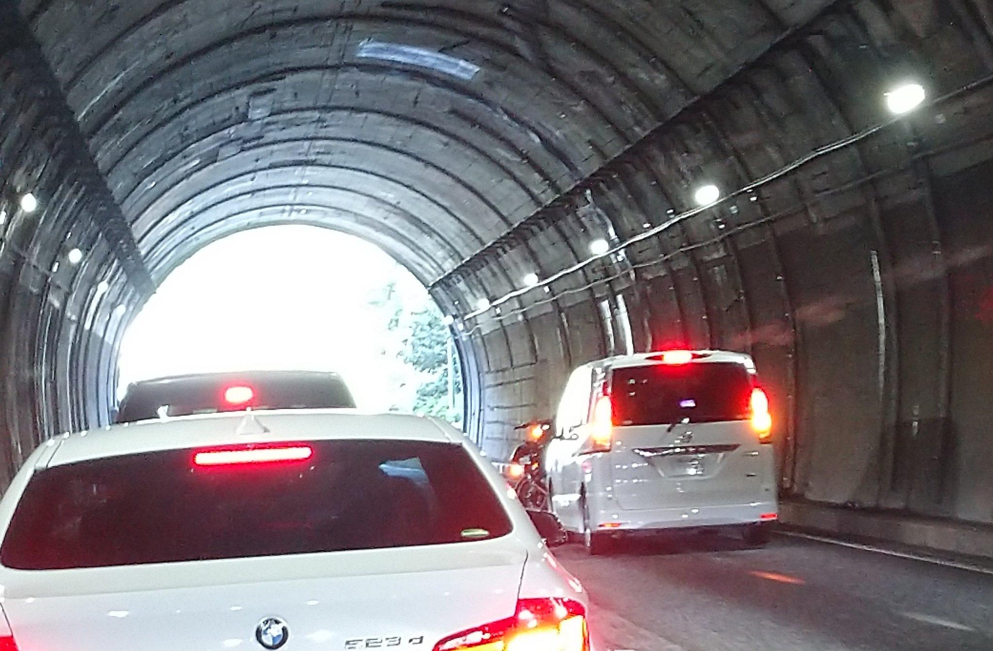 画像,中央道下り線、日影トンネル内で事故。トンネル内にはバイク2台とワンボックスカー。出たところにもう1台ワンボックス。けが人出てないといいけど…部品も散乱してるので…