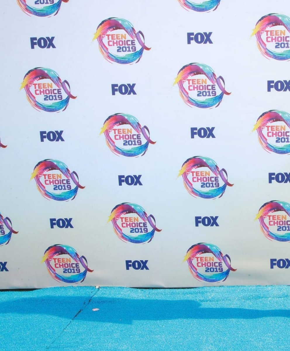 Chloe Bennet looking gorgeous for #TeenChoiceAwards blue carpet 😂