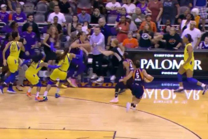 【影片】場面混亂!WNBA兩隊爆發激烈衝突導致6人被驅逐,這場面完全不輸NBA!