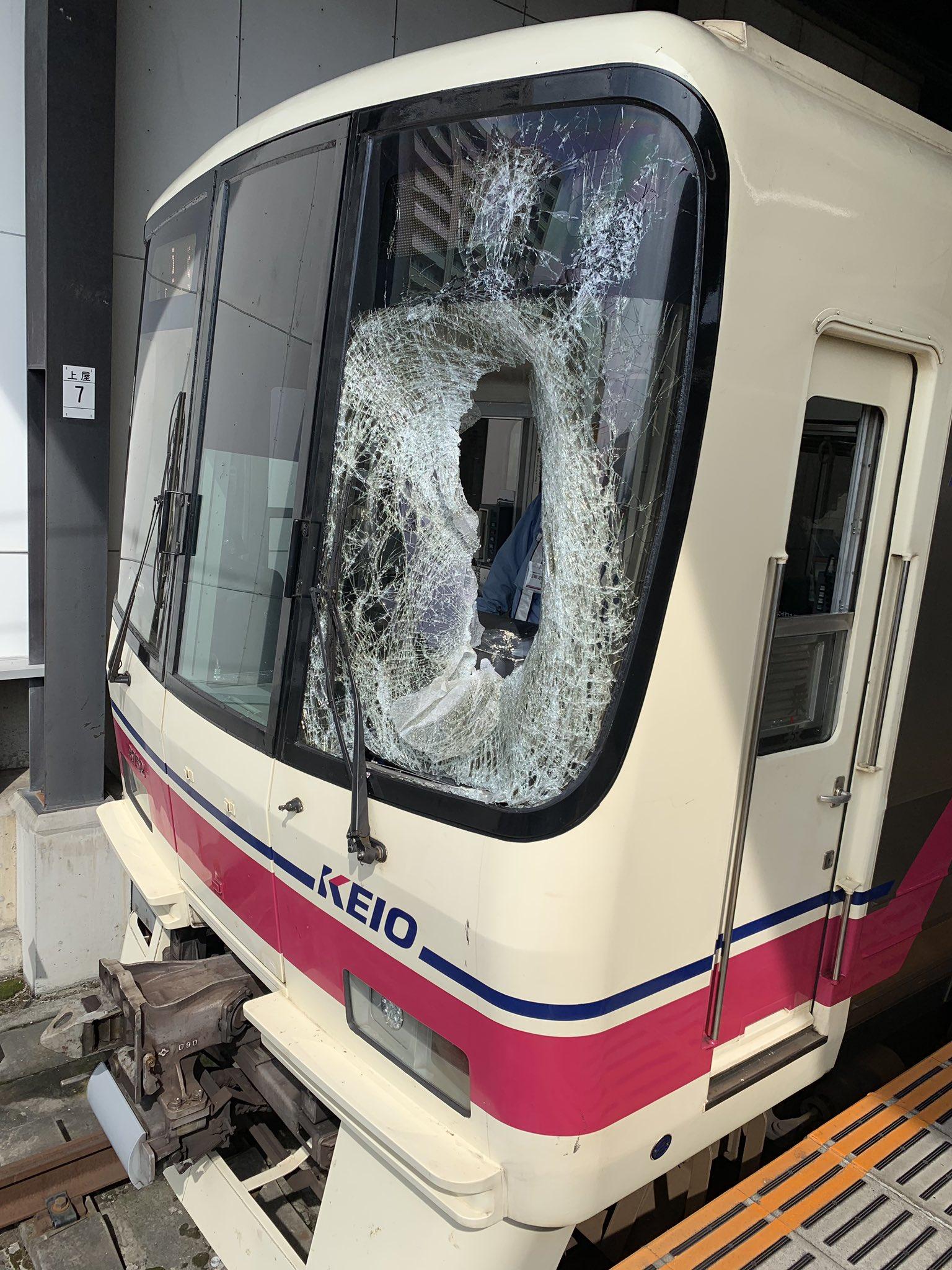 多摩境駅の飛び込み自殺の人身事故でフロントガラスが大破している画像