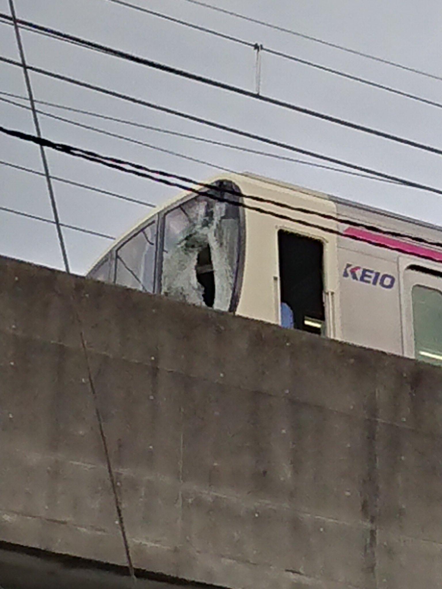 多摩境駅で人身事故が起きフロントガラスが割れている現場の画像