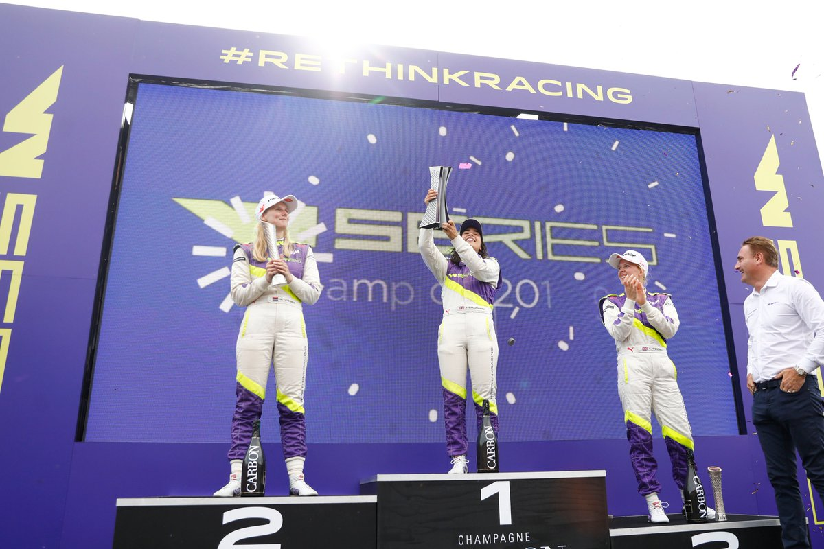 Champagne, Champagne - Euphorisch mit @JamieChadwick55 🏆🍾🥂🏎️ Gratulation an die erste Siegerin der @wseriesracing  Wir sind stolz auf dich! #wseries #race #winner #champagne #girlpower #hankook @Brands_Hatch https://t.co/BKKqAPy6UW