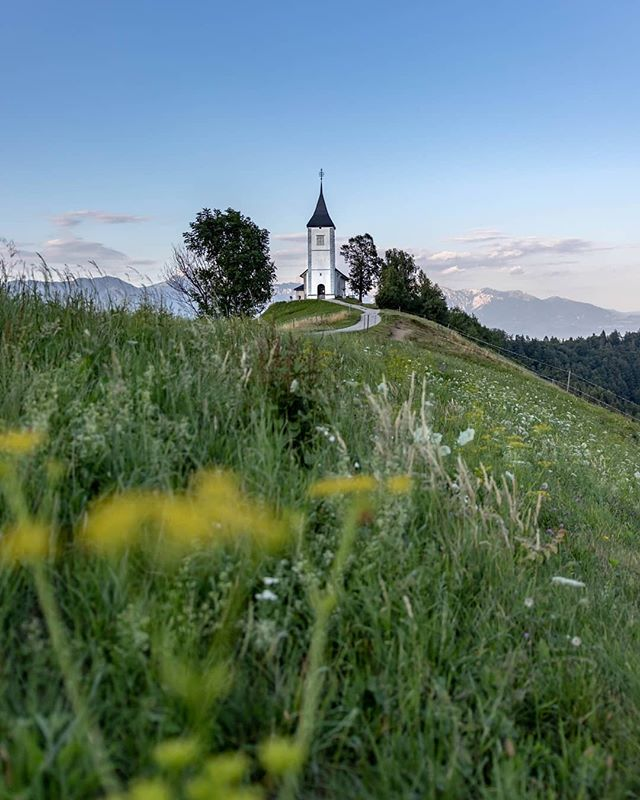 There's nothing like spending these beautiful summer evenings surrounded with nature. 🏞️ To cool off after a hot day, pick up some wildflowers and observe the sunset.📍Jamnik📸 matijajeraj via @instagram#ifeelsLOVEnia #myway #itsculturetime