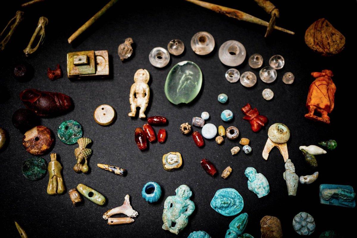 Un'altra scoperta straordinaria a Pompei: Amuleti e monili rinvenuti in una cassetta nella casa del Giardino della regio V- Una miriade di oggetti portafortuna e contro la malasorte.
