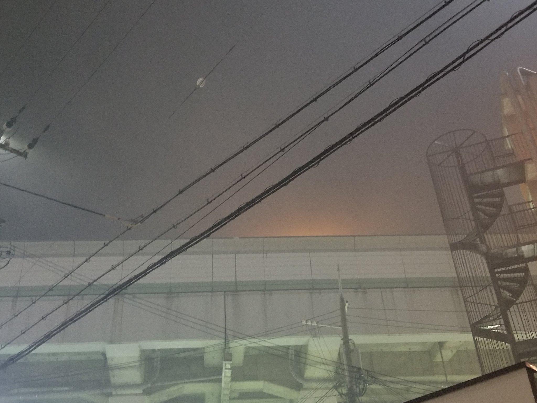 画像,家の目の前の高速から火事🔥でめちゃくちゃ煙たいです😵 https://t.co/RKm4EVWd9l。