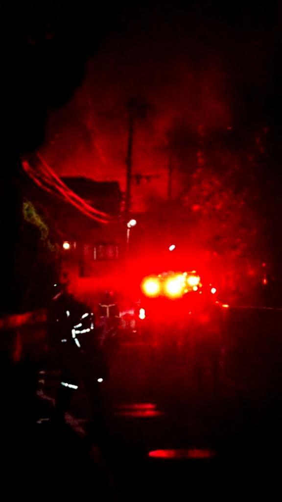 画像,家出て20秒ぐらい歩いたら火事消防車のランプがめっちゃ強くて火分かりにくいけど https://t.co/BIroZbS1fe…