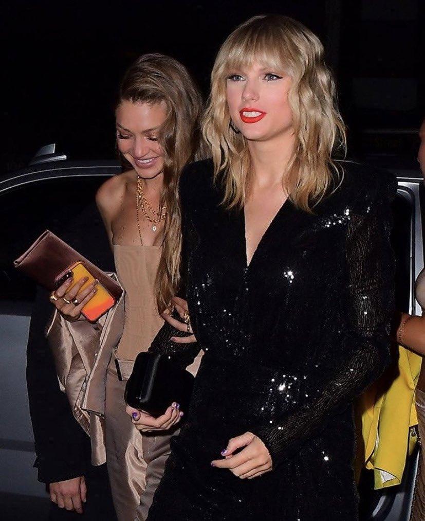 RT @updateswiftbr: Taylor chegando a after party do #VMAs com Gigi e Bella Hadid! https://t.co/rdlLCi6a07