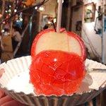お祭りのものとは一味違う?りんご飴専門店のりんご飴が美しい!