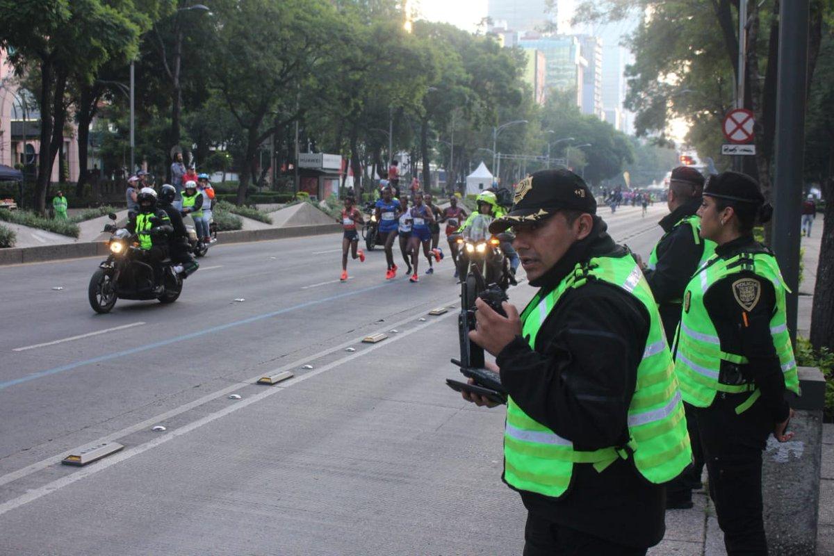 Como parte del dispositivo de seguridad y vialidad por el #MaratónCDMX2019, la #SSC cuida de ti con alrededor de 4 mil 250 elementos distribuidos a lo largo de los 42 kilómetros y en calles aledañas al evento deportivo.