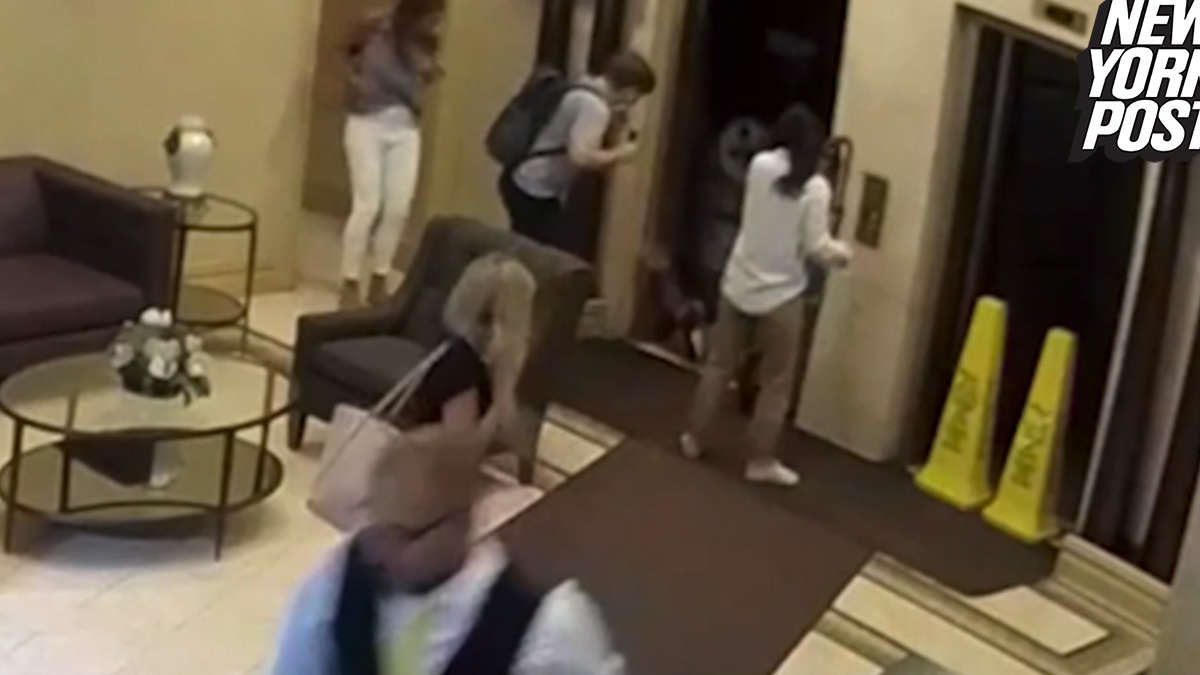 HORRIFIC VIDEO: Man Killed In Freak Elevator Accident in NYC Apartment Building -  https:// breaking911.com/horrific-video -man-killed-in-freak-elevator-accident-in-nyc-apartment-building/  …   **WARNING: FOOTAGE IS DISTURBING**<br>http://pic.twitter.com/mzBhaPD6tY