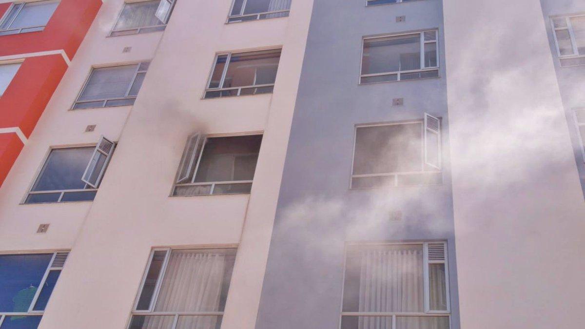 🚨#AestaHora reportan incendio estructural en apartamento del cuarto piso de edificio Eskala en #Tunja.@BomberosTunja realiza entrada forzada para control con 2 móviles, corte de suministro de luz, agua y gas en la edificación y evacuación completa de conjunto.