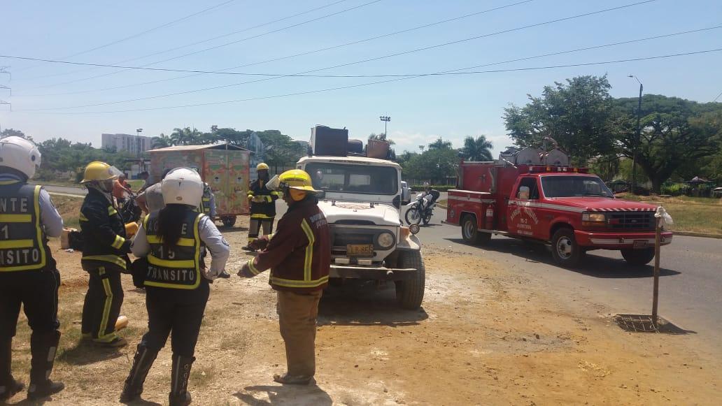 #AEstaHora nuestros 👮♀️👮🏼♂️ y 🚒  atienden vehículo que presenta  falla mecánica y se incendia en la glorieta de Riveras del Rosario#SeguridadVial#FelizDomingo