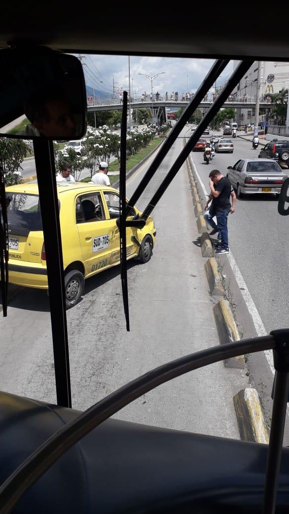 #AEstaHora   Oyentes de Caracol Radio reportan accidente entre un bus de @Metrolinea y un taxi quien invadió el carril exclusivo en el sector del puente de Cañaveral. Los heridos fueron trasladados a un hospital.