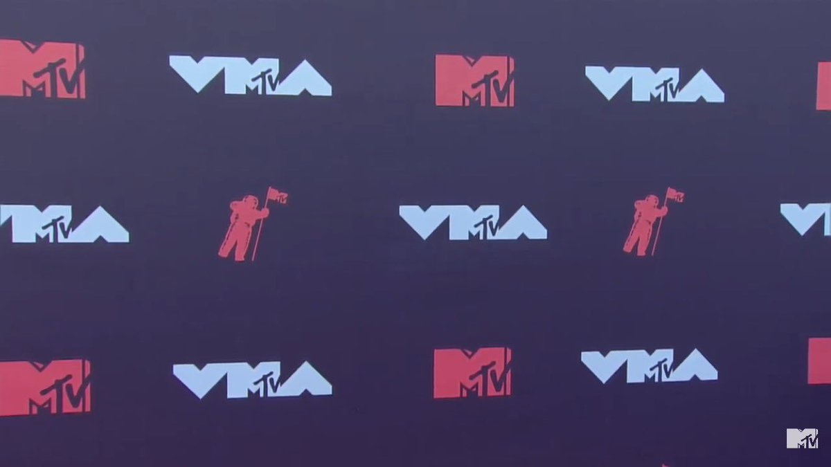 SELENA GOMEZ IS HERE OMG #VMAs https://t.co/ePErvwgurN