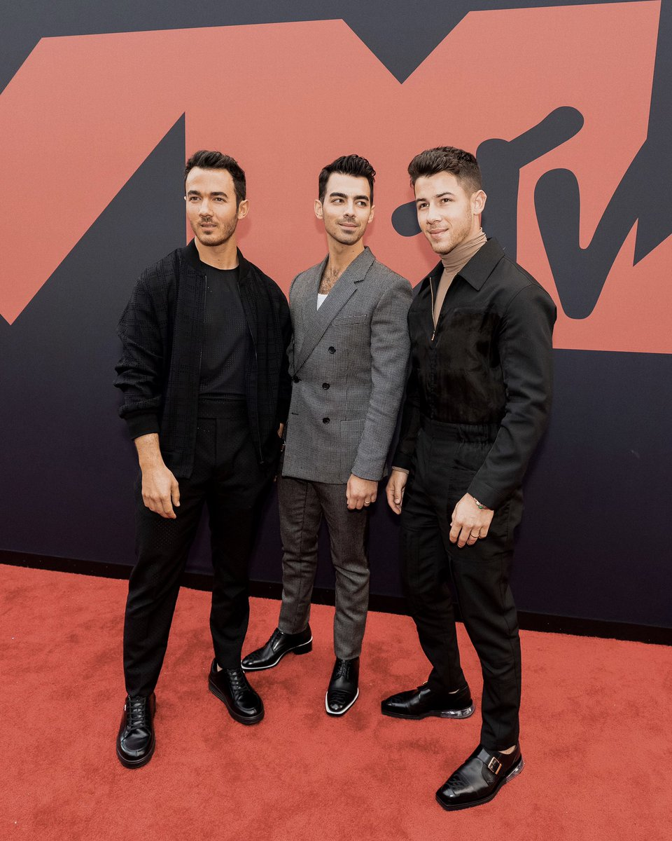 RT @jonasbrothers: #VMAs we're in the building. Let's go!! https://t.co/Xd9En34mKl