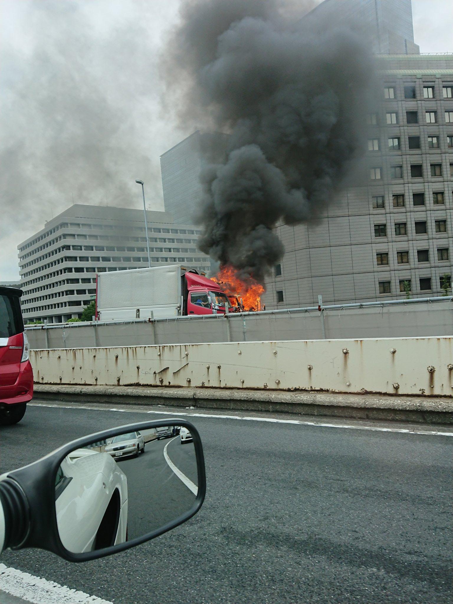 首都高でトラックが燃えている車両火災現場の画像