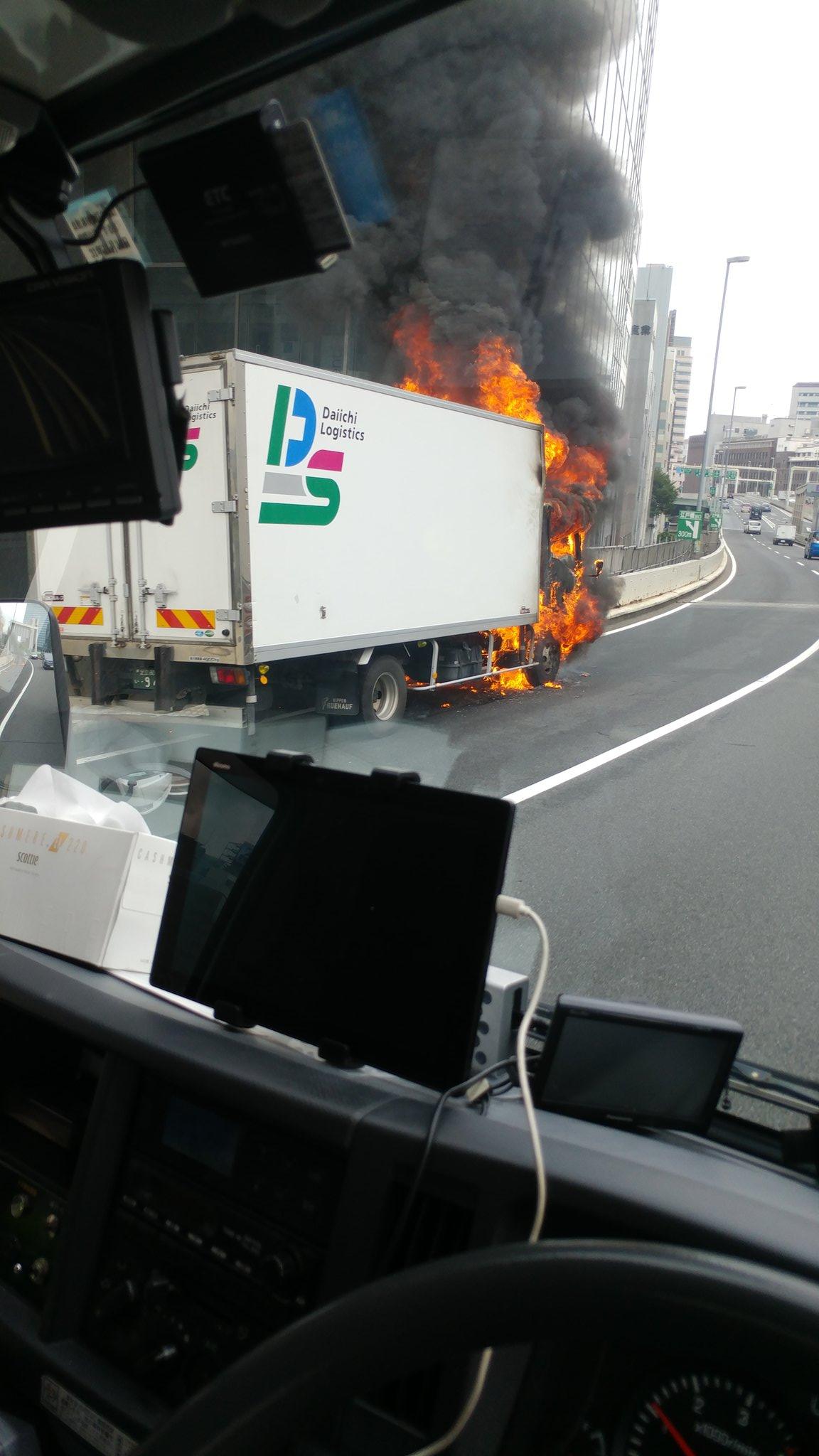 首都高の神田橋付近で車両火災が発生し通行止めとなっている現場の画像