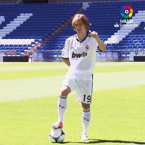 Hace 7 años, un mago llamado @lukamodric10 era presentado en el Santiago Bernabéu. 😀👋🎩  Su legado es eterno: 15 títulos con el @realmadrid y un Balón de Oro para la HISTORIA. 🌟