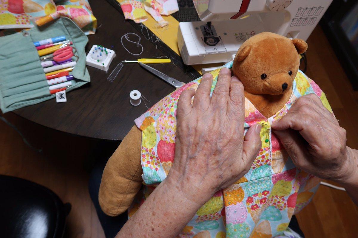 おばあちゃん、クマに服を作ったりして、うまく同居しているみたいで、ホッとした