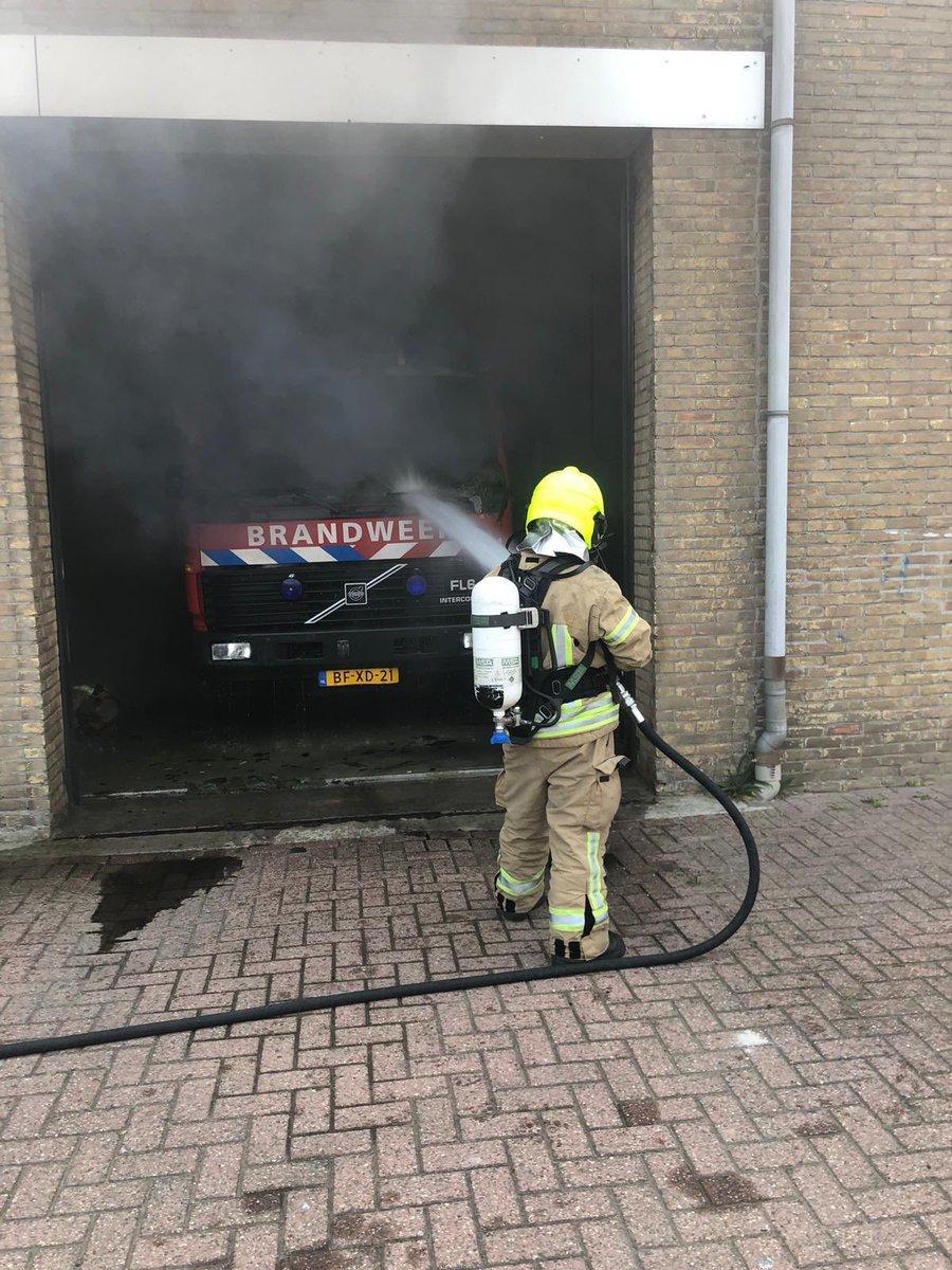 Brandweer aan het blussen https://t.co/eGJHP8c4Z8