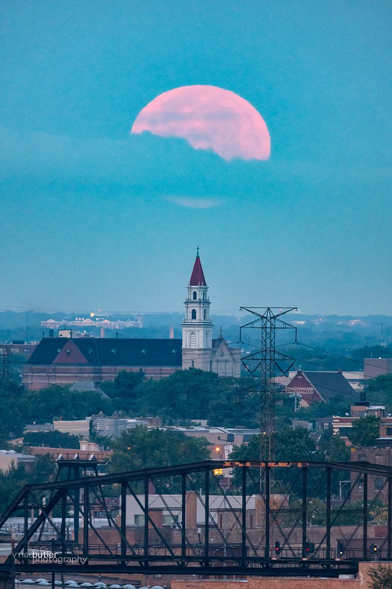 Moonset on Thursday in Chicago at Our Lady of Sorrows Basilica #weather #news #fullmoon #chicago #ilwx